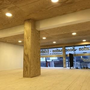 Vue de la mezzanine avec plafond bois et spots